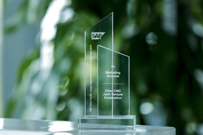 SAP AWARD OF EXCELLENCE 2021のトロフィー
