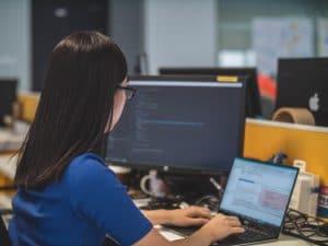 女性の開発者はオフショア開発プロジェクトに集中しています